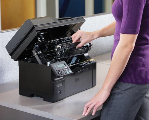 Установка нового тонер-картриджа в лазерный принтер HP LaserJet Pro